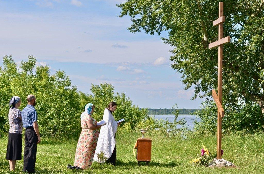 Праздничный молебен и освящение Поклонного Креста в селе Северо-Плетнево Юргинского района Тюменской области.